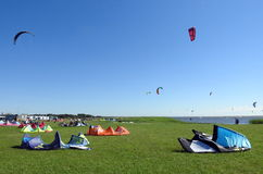 Kiting people in Curonian spit, Lithuania Royalty Free Stock Photos