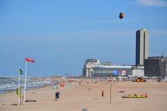 Kiting su una spiaggia in Oostende, Belgio Fotografie Stock Libere da Diritti