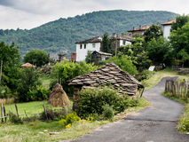Kitnica Bergdorf in Bulgarien Rhodope-Berg Lizenzfreies Stockfoto