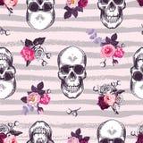 Kitschy naadloos patroon met menselijke schedels en helft-gekleurde knoppen van roze bloemen tegen roze achtergrond met grijze ho royalty-vrije illustratie