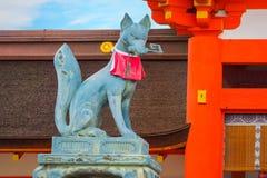 Kitsune在Fushimi Inari-taisha寺庙的Fox雕塑在京都 免版税库存图片