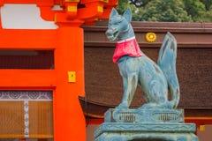 Kitsune在Fushimi Inari-taisha寺庙的Fox雕塑在京都 库存照片