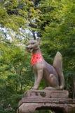 Kitsune,狐狸,拿着在它的嘴的一个不可思议的球在Fushimi伊娜 免版税库存图片