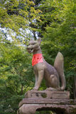 Kitsune, la volpe, tiene una palla magica nella sua bocca a Fushimi Ina Immagini Stock Libere da Diritti