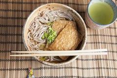 Kitsune soba, japanska bovetenudlar med den marinerade stekte tofuen arkivbild