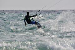 Kitsurfing som rider en hand Royaltyfri Bild