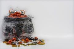 Kitteln med godisar hallowen Arkivbilder