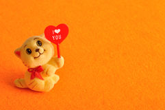 A kitten figurine holding a red heart Stock Images