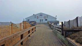 Kitty Hawk Pier historique en brouillard sur Carolina Outer Banks du nord Photographie stock libre de droits