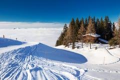 KITZBUEHEL, ÁUSTRIA - 18 de fevereiro de 2016 - chalé alpino coberto pela neve na arena do esqui de Kitzbuehel, Áustria Fotos de Stock