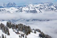 KITZBUEHEL, ÁUSTRIA - 18 de fevereiro de 2016 - esquiador que esquia e que aprecia a vista às montanhas alpinas em Áustria Fotografia de Stock