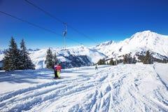 KITZBUEHEL, ÖSTERREICH, am 17. Februar 2016 - Skifahrer auf Skiaufzug die Ansicht zu den nebeligen Alpen in Österreich und im sch Lizenzfreie Stockbilder