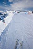 KITZBUEHEL ÖSTERRIKE - Februari 17, 2016 - skidåkare som skidar i Kitzb Fotografering för Bildbyråer