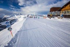 KITZBUEHEL ÖSTERRIKE - Februari 17, 2016 - skidåkare som skidar i Kitzb Royaltyfri Bild