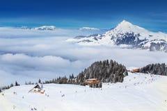 KITZBUEHEL, AUSTRIA - 18 de febrero de 2016 - esquiador que esquía y que disfruta de la visión a las montañas alpinas en Austria Foto de archivo