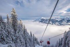 KITZBUEHEL, AUSTRIA - 17 de febrero de 2016 - vista a las montañas en Austri Imágenes de archivo libres de regalías
