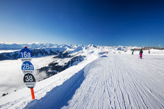 KITZBUEHEL Februari 18, 2016 - skidåkare som skidar i Kitzbuehel, skidar Royaltyfri Bild