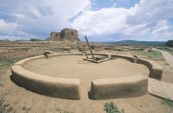 Kiva e sala cerimonial do povoado indígeno, cerca do ANÚNCIO 1450-1500, parque histórico nacional dos Pecos, nanômetro Imagem de Stock Royalty Free