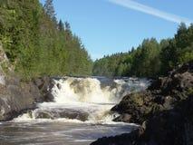 Kivachwaterval op Suna River, Karelië, Rusland Stock Foto's