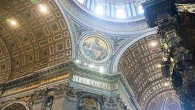 Kivoriy mit schönen Spalten über dem Grab von St Peter im Vatikan 4k stock footage
