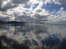 Kiwanda Oregon plaża z Pięknym niebieskim niebem obraz royalty free