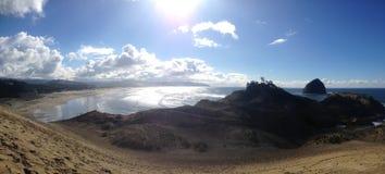Kiwanda Oregon plaża z Pięknym niebieskim niebem i ludźmi z kanią fotografia royalty free