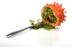 Kiwano e cucchiaio su fondo bianco Fotografie Stock