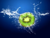 Kiwi in acqua Immagini Stock Libere da Diritti