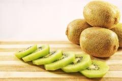Kiwi affettati freschi e deliziosi sul tagliere Immagini Stock Libere da Diritti