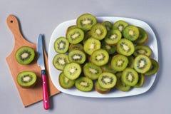 Kiwi affettati su un piatto bianco Immagine Stock Libera da Diritti