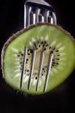 Kiwi auf einer Gabel Stockfotos