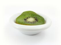 Kiwi auf weißer Platte Lizenzfreie Stockfotografie