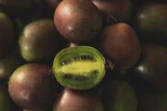 Kiwi Berries, com o um aberto cortado às sementes da mostra fotos de stock royalty free