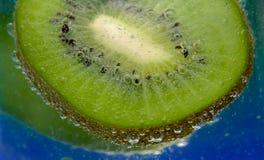 Kiwi And Bubbles In un vetro Fotografia Stock Libera da Diritti