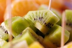 Kiwi colorido y fresco en el top de ensalada de fruta fotos de archivo libres de regalías