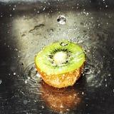 Kiwi con el chapoteo del agua Foto de archivo libre de regalías