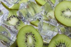 Kiwi con ghiaccio fotografia stock libera da diritti