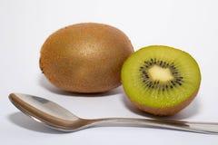 Kiwi coupé à l'arrière-plan à moitié blanc images libres de droits