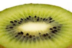 Kiwi cuted i en halv makro Royaltyfria Foton