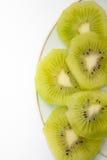 Kiwi découpé en tranches empilé d'un plat Photographie stock libre de droits