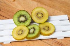 Kiwi découpé en tranches Kiwi jaune et kiwi vert Photographie stock libre de droits
