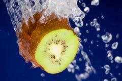 Kiwi dans l'eau Photographie stock