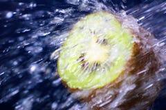 Kiwi dans l'eau Photo stock