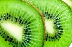 Kiwi de coupure de deux parts Photographie stock