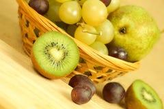 Kiwi de Cutted et panier de fruits Images libres de droits