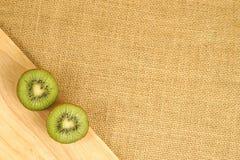 Kiwi de Cutted sur le conseil en bois Photos stock