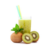 Kiwi de fruit tropical, jus en verre d'isolement Images stock