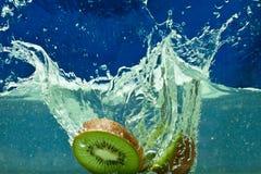 Kiwi de la fruta fresca en agua Fotos de archivo libres de regalías