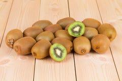 Kiwi in de twee helften met andere kiwien op de rug Stock Foto's