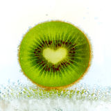 Kiwi in den Luftblasen Lizenzfreie Stockbilder